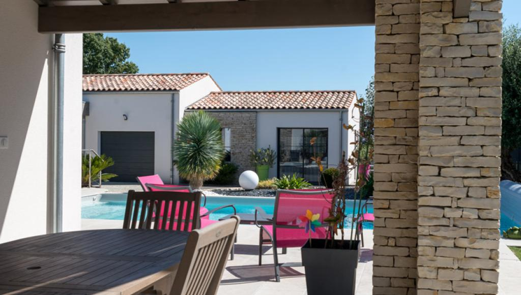 Terrasse et mur de pierres avec piscine
